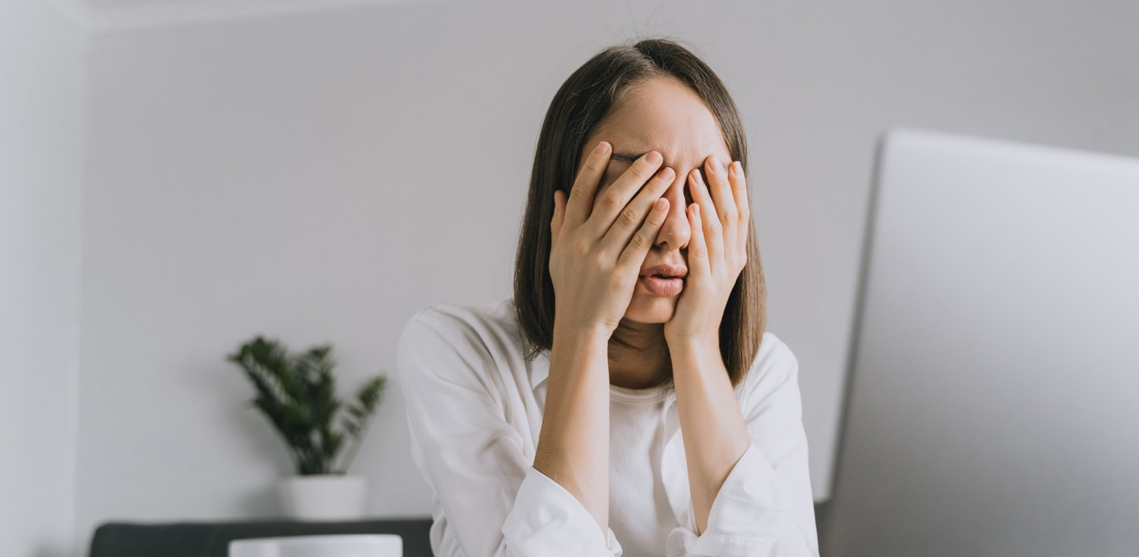 Can contact lenses cause headaches? Why?